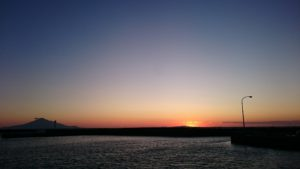 夕まずめの漁港の様子